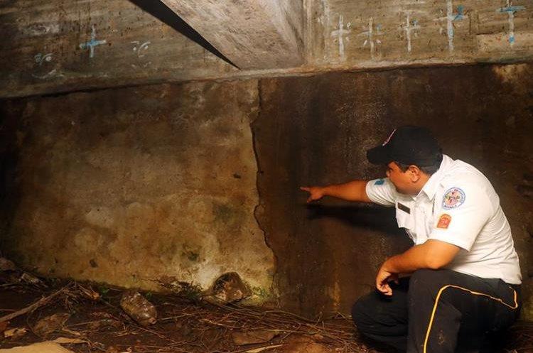 Un socorrista observa la grieta en el puente Carmen de Mirón en Retalhuleu. (Foto Prensa Libre: Rolando Miranda)