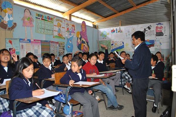 Maestro de la Escuela José Ramón Gramajo, de San Pedro Sacatepéquez, imparte clases. (Foto Prensa Libre: Hemeroteca PL)