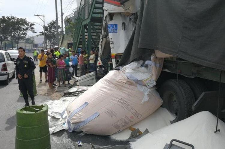El vehículo pesado trasladaba azúcar.