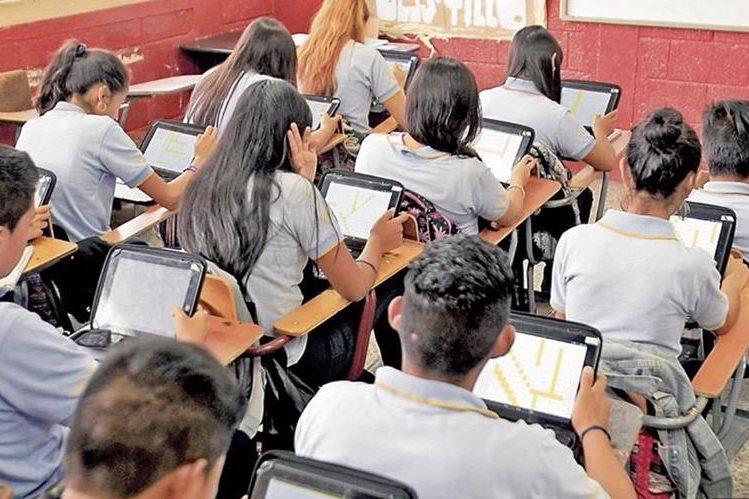 Mineduc evalúo en 2017 a 148 mil 842 graduandos de más de tres mil centros educativos. (Foto Prensa Libre: Hemeroteca)
