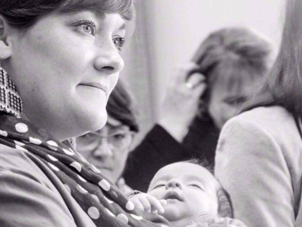 De forma simbólica, y a través de una ceremonia laica, el bebé de apenas un mes de vida fue recibido en la comunidad republicana. LILA MESS