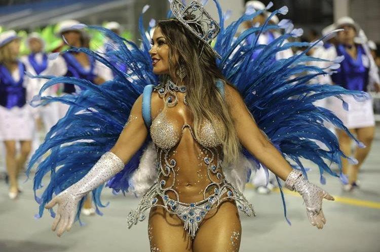 GRA059. SAO PAULO (BRASIL), 06/02/2016.- Una integrante de la escuela de samba del Grupo Especial Nenê de Vila Matilde, desfila hoy, sabado 06 de febrero de 2016 en la celebración del carnaval en el sambódromo de Anhembí en Sao Paulo (Brasil). EFE/SEBASTIÃO MOREIRA