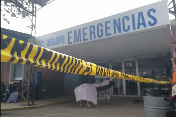 El cuerpo de Lisbeth Cabrera, de 26 años, queda en una camilla, frente a la emergencia del Hospital Regional de Occidente; luego de un ataque armado contra el bus en el que viajaba junto a su hija. (Foto Prensa Libre: Fred Rivera)