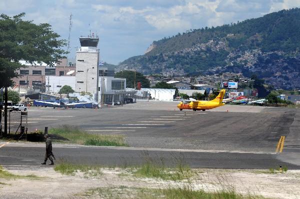 Debido al humo generado por los incendios forestales en Honduras, se debió suspender las operaciones en el aeropuerto de Toncontín. (Foto, Prensa Libre: Hemeroteca PL).