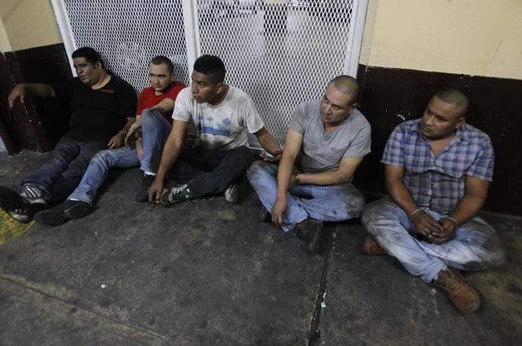Los presuntos secuestradores se encuentran en la Torre de Tribunales esperando a conocer los motivos de tu detención. (Foto Prensa Libre: Paulo Raquec)