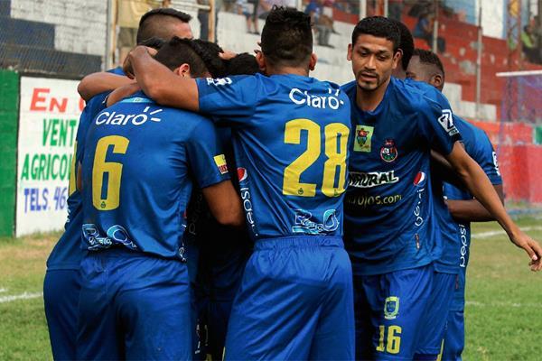 Los jugadores de Municipal celebran el gol anotado por el Cristian Jiménez. (Foto Prensa Libre: Édgar Domínguez)
