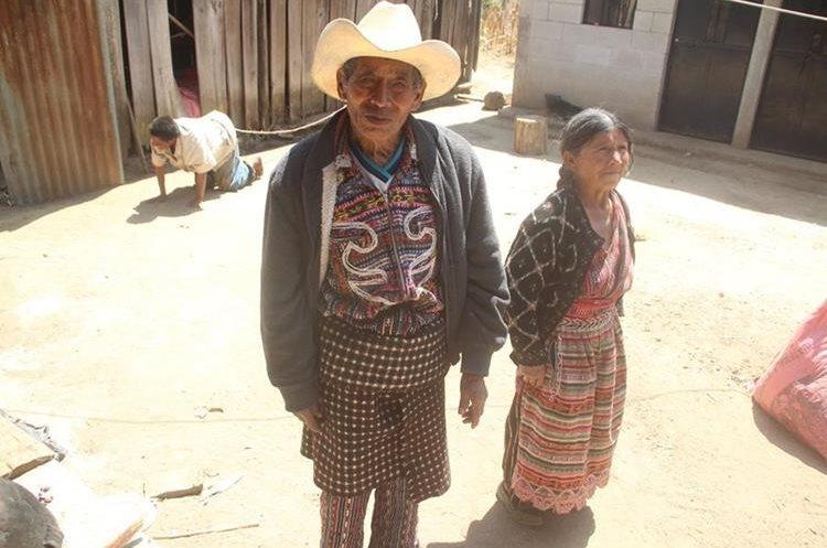 Los padres de Santiago solicitan ayuda debido al padecimiento de su hijo. (Foto Prensa Libre: Ángel Julajuj)