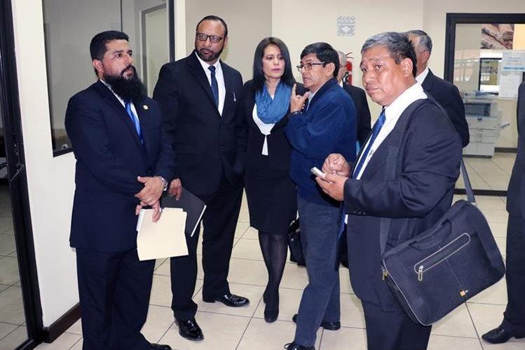 Luego de una serie de inconvenientes, el abogado José Esponda -al centro- está al frente del Segundo Registro de la Propiedad de Quetzaltenango.(Foto Prensa Libre: Carlos Ventura)