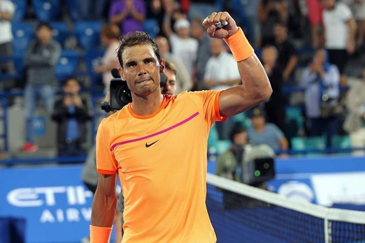 Rafael Nadal festeja al derrotar a Milos Raonic y avanzar a la final en Abu Dhabi. (Foto Prensa Libre: AFP)