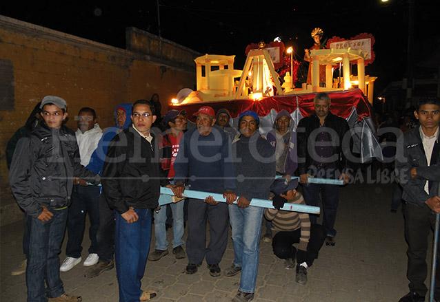 Vecinos de San Vicente Pacaya se turnan para jalar la carreta que lleva las imagenes de los Patrones. (Foto: Néstor Galicia)