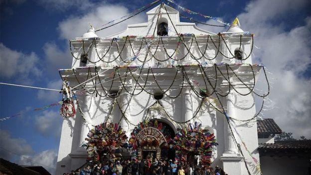 La iglesia de Santo Tomás es uno de los puntos emblemáticos de Chichicastenango. AFP