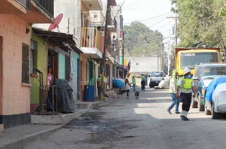 Decenas de vecinos de la colonia Landívar, zona 7, y del asentamiento anexo Manuel Colom Argueta, zona 3, viven entre el peligro, debido a la acumulación de materiales inflamables en bodegas cercanas a sus viviendas.