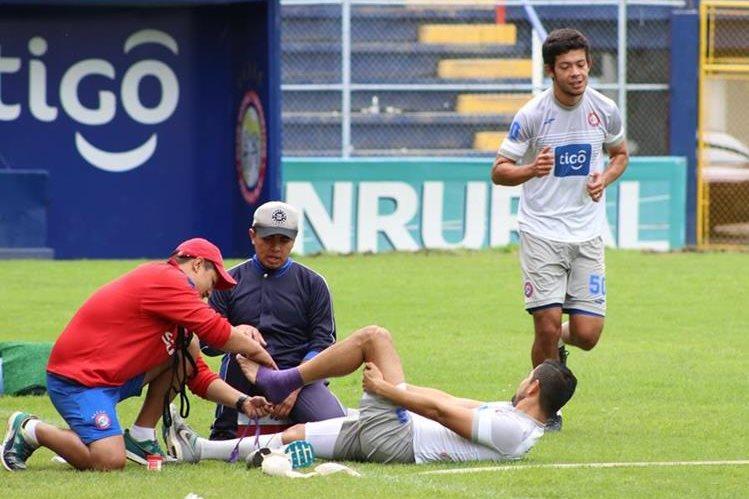 César Morales -en el suelo- y Héctor Moreira hicieron trabajo de fisioterapia para avanzar en su recuperación. (Foto Prensa Libre: Raúl Juárez)