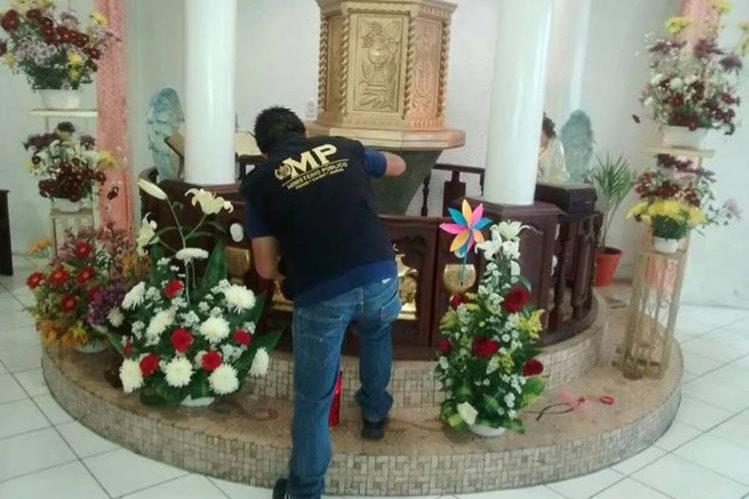 Un investigador del Ministerio Público recaba huellas en la iglesia católica de Aldea San José Cabén, San Pedro Sacatepéquez, San Marcos. (Foto Prensa Libre: Aroldo Marroquín.