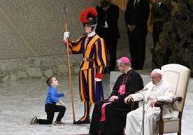 Niño argentino con autismo, se roba las miradas en audiencia ante el papa Francisco.