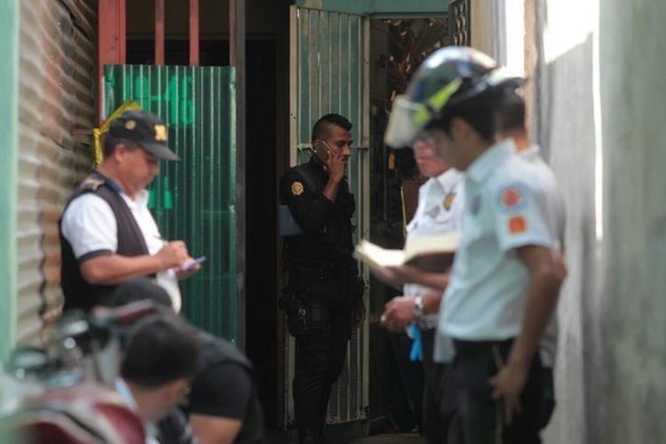 La familia de las víctimas presume que el triple asesinato fue causa de un posible robo. (Foto Prensa Libre: Érick Ávila)