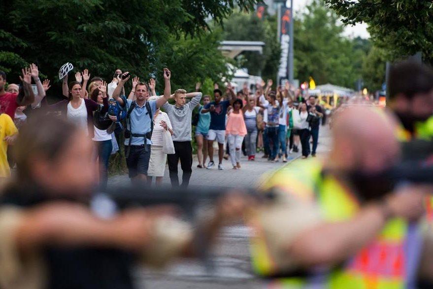 Decenas de habitantes de Múnich son evacuados del centro comercial donde se produjo la balacera, la incertidumbre es evidente. (Foto Prensa Libre: AFP).
