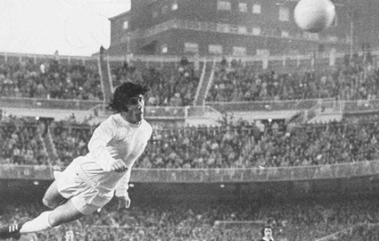 Carlos Santillana en su etapa como jugador del Real Madrid. (Foto Prensa Libre: www.pinterest.com)