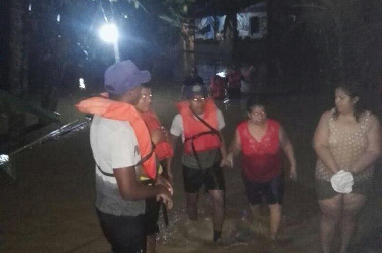 Durante la madrugada elementos del Ejército evacuaron 5 familias de la colonia Fertilaza en Puerto Barrios.