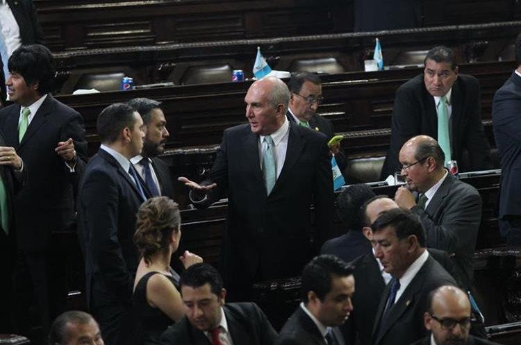 Mario Taracena, de la UNE, conversa con Javier Hernández y Juan Manuel Giordano, de FCN-Nación. (Foto Prensa Libre: Érick Ávila).