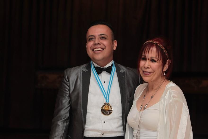 Artista destacado en Bel Canto: Gustavo Adolfo Palomo, a quien condecoró Angélica Rosa. (Foto Prensa Libre: Edwin Castro)