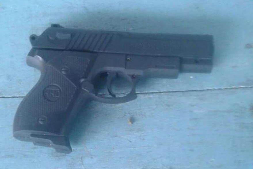 Pistola de juguete decomisada el presunto asaltante. (Foto Prensa Libre: Jorge Tizol).