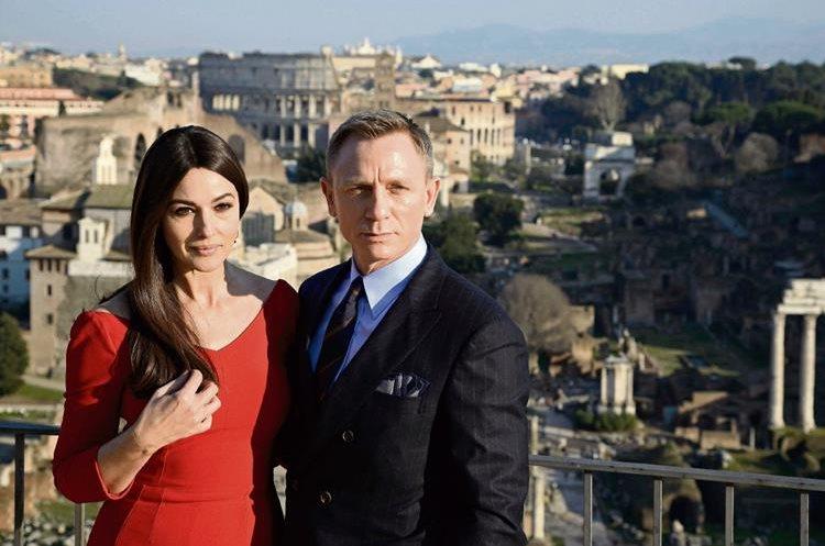 Mónica Bellucci y Daniel Craig posaron para los fotógrafos a su llegada a Roma. (Foto Prensa Libre: EFE)