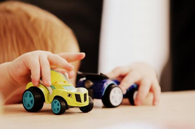 Dejar que lleve su objeto favorito le hará sentirse más cómodo. (Foto Prensa Libre: Unsplash)