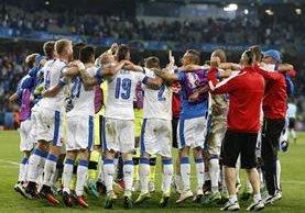 Los jugadores de Eslovaquia celebran el triunfo 2-1 sobre Rusia en Lille. (Foto Prensa Libre: EFE)