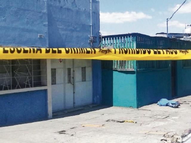 Una persona fue baleada y dos heridas, quienes fueron trasladadas al hospital. El hecho ocurrió entre la 12 y 13 avenidas  y 1a. calle, zona 1. (Foto Prensa Libre: Cortesía PNC)