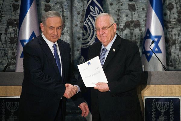 El primer ministro israelí, Benjamin Netanyahu, se da la mano con el presidente israelí, Reuven Rivlin en Jerusalén (Foto Prensa Libre:AP)