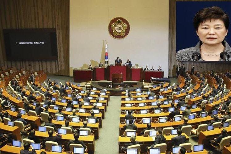 El Parlamento de Corea del Sur aprobó hoy la destitución de la presidenta Park Geun-hye (inserta derecha). (Foto Prensa Libre:EFE).