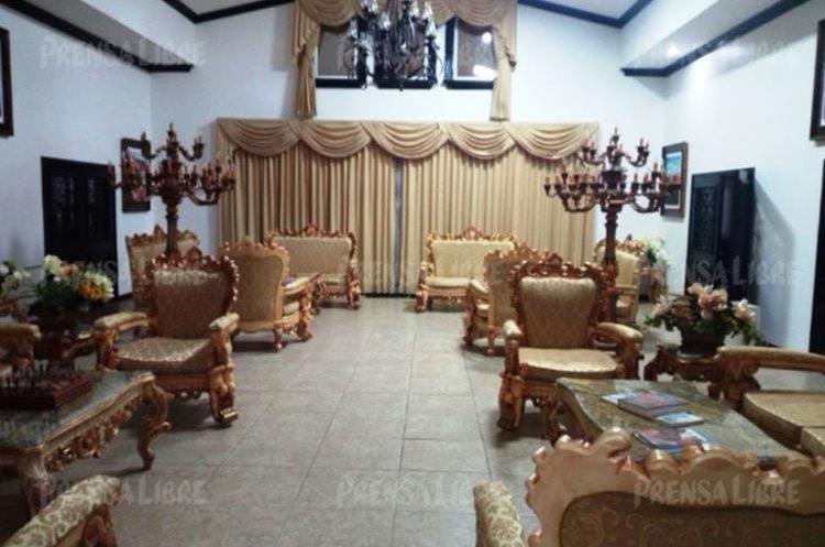 El amueblado de sala dentro de la mansión de Manuel Baldizón tiene acabados al estilo de los que usaban los reyes franceses. (Foto Prensa Libre: Guatevisión)