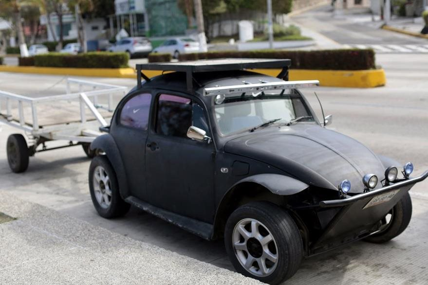 Un Beatle modificado es visto en una de las calles de Acapulco. (Foto Prensa Libre: AFP)