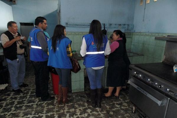 <p>Delegados de la PDH dialogan con personal de la cocina del Hospital Nacional de Jalapa. (Foto Prensa Libre: Hugo Oliva)</p>