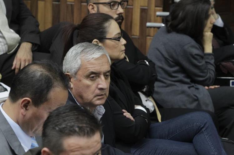 Otto Pérez Molina y Roxana Baldetti escuchan la imputación de la fiscalía en el tercer día de audiencia en la Sala de Vistas de la CSJ. (Foto Prensa Libre: Hemeroteca PL)