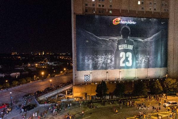 En Cleveland disfrutaron el triunfo de los Cavaliers. (Foto Prensa Libre: AFP)