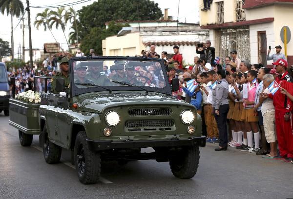 Cubanos saludan la caravana con las cenizas de Fidel Castro.(EFE).