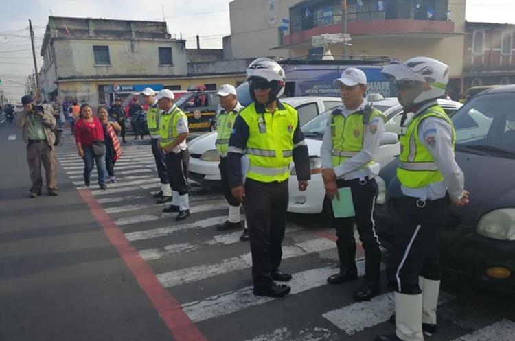 Agentes de la Policía Municipal se ubican en los alrededores del Hospital General San Juan de Dios. (Foto Prensa Libre: Estuardo Paredes)