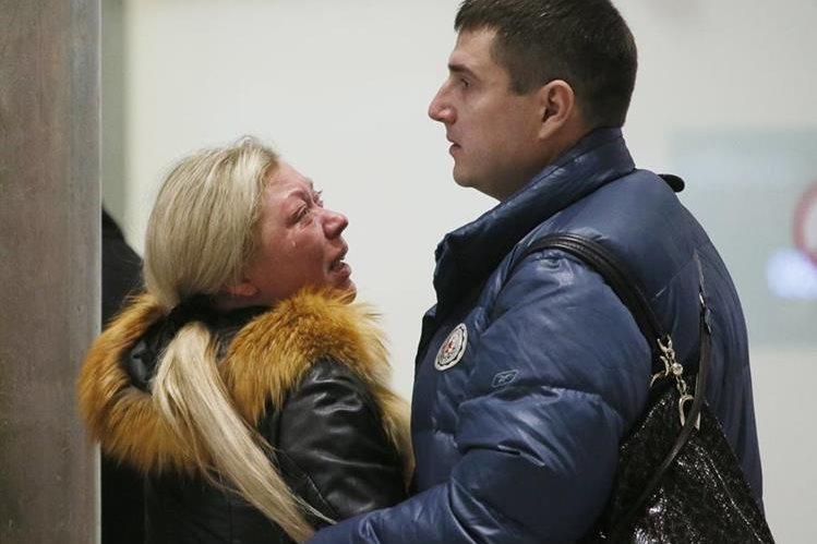 La treagedia enluta a las familias rusas. En la fotografía dos familiares de las víctimas lloran. (Foto Prensa Libre: AP).