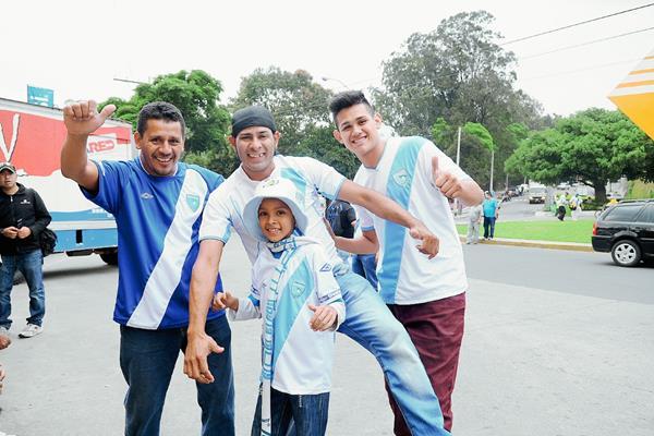 Desde temprano, los aficionados de la Selección de Futbol de Guatemala, se hicieron presentes al estadio Mateo Flores, para darle su apoyo a la Bicolor. (Foto Prensa Libre: Óscar Felipe)