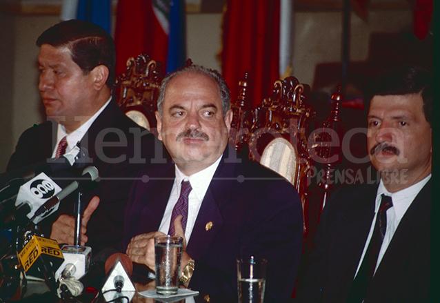 El vicepresidente Gustavo Espina, Jorge Serrano Elías, presidente y el ministro de Gobernación Francisco Perdomo en 1993. (Foto: Hemeroteca PL)