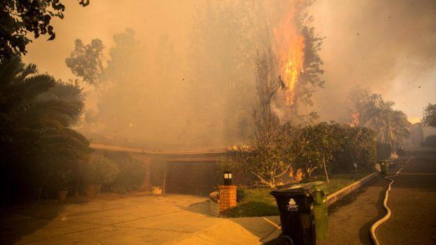 El humo tiñe el cielo de esta zona de California desde el pasado lunes 4 de diciembre. AFP