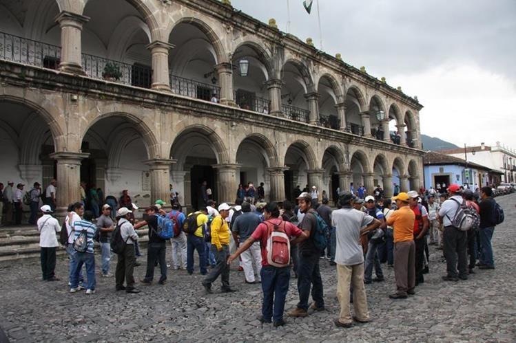 Trabajadores de la Municipalidad de Antigua Guatemala, Sacatepéquez, frente al edificio municipal. (Foto Prensa Libre: Renato Melgar)