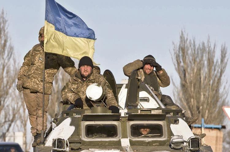 Tropas ucranianas regresan a la ciudad de Artemivsk, tras desalojar Debaltsevo, que fue cooptada por los rebeldes prorrusos, apoyados por Rusia.