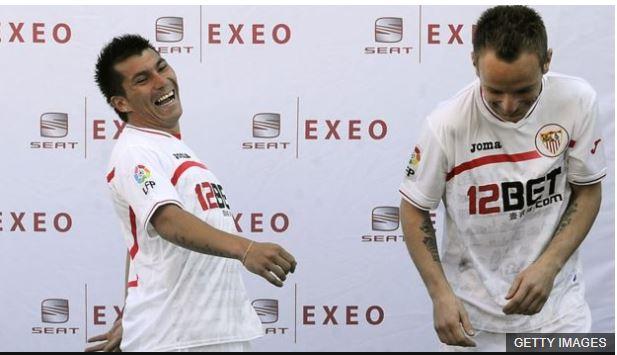 El día de su presentación con el Sevilla, Rakitic compartió protagonismo con el chileno Gary Medel.