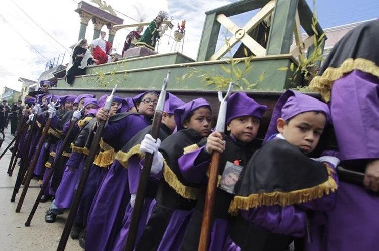 Hable con sus hijos y explíqueles las razones por las que se realizan las procesiones para que desde temprana edad comprendan la devoción. (Foto Prensa Libre: Edwin Berián).