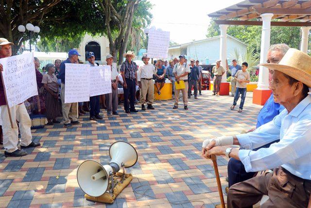 Manifestantes aducen que llevan dos años de espera para ser incluidos en el programa social. (Foto Prensa Libre: Rolando Miranda)