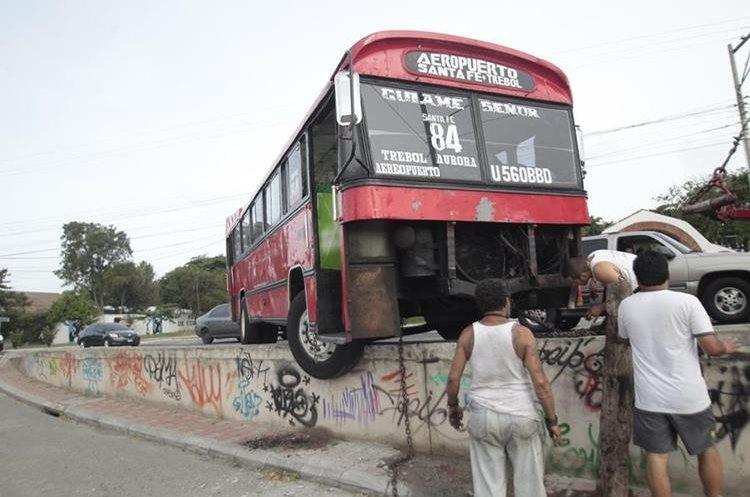 Con frecuencia se reportan accidentes de tránsito en los que se ven involucrados buses urbanos, en la capital. (Foto Hemeroteca PL)