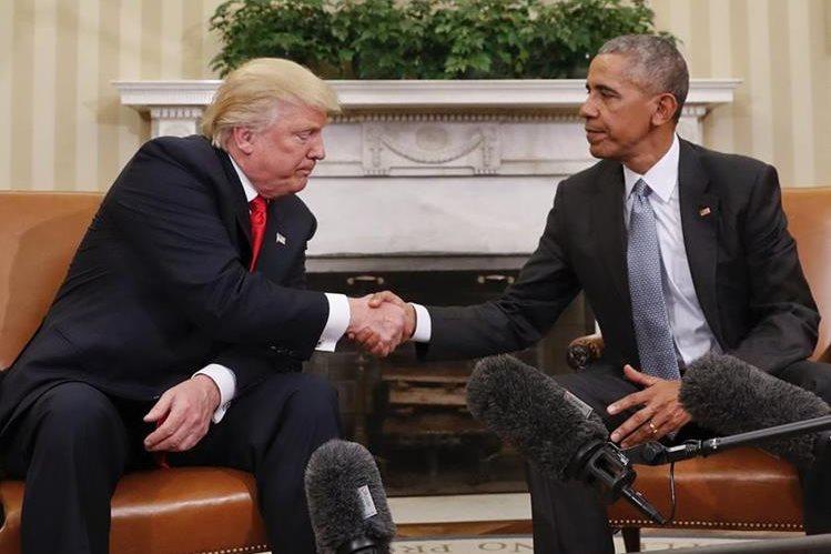 Donald Trump (a la izq.) estrecha la mano de Barack Obama en noviembre del 2016 en la Casa Blanca. (Foto Prensa Libre: AP).